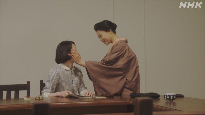 おちょやんの一場面(杉咲花さんと大橋梓さん)